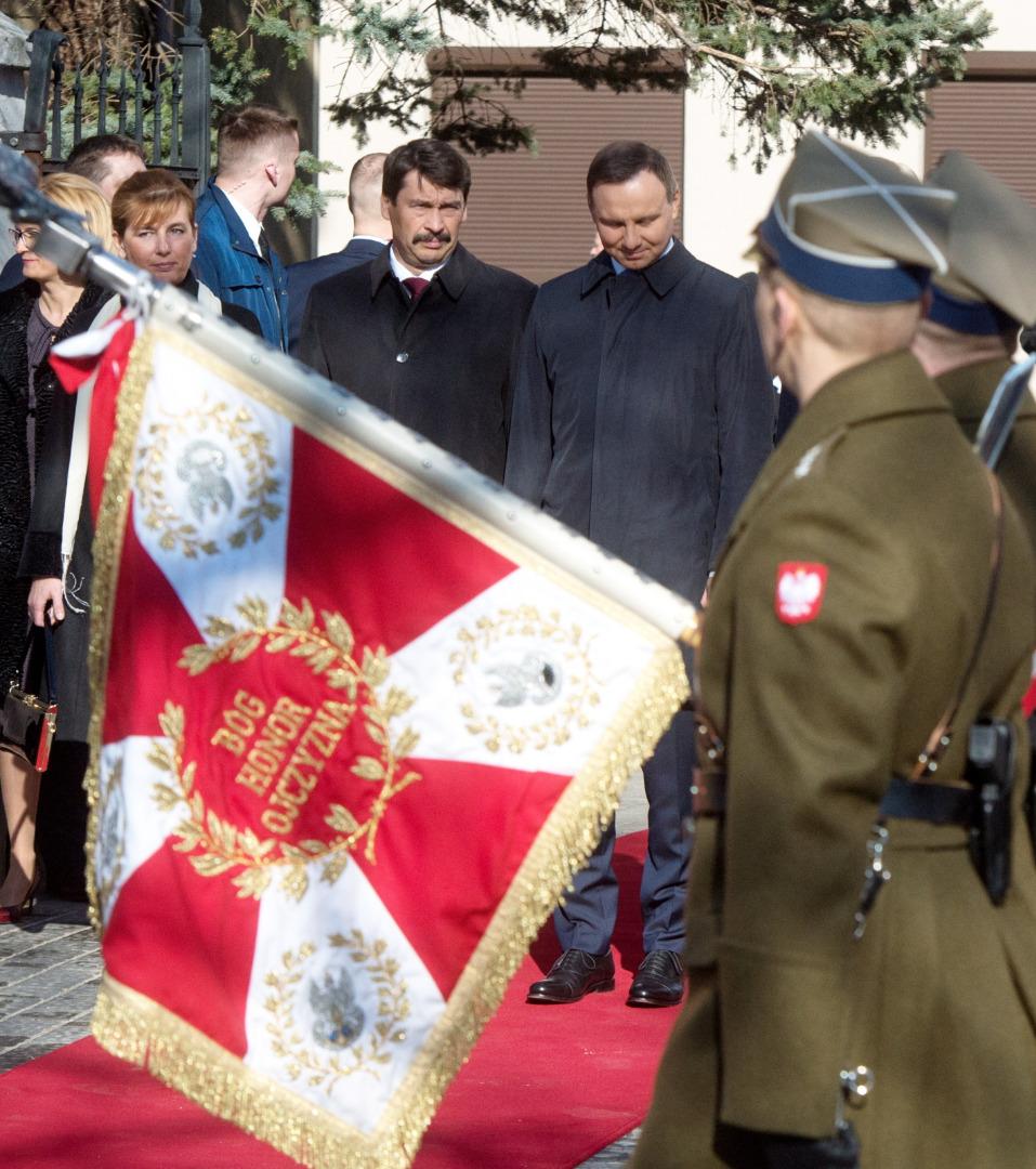 Prezydent Węgier Janos Ader z małżonką Anitą Herczegh oraz prezydent RP Andrzej Duda podczas ceremonii oficjalnego powitania na Zamku Królewskim w Piotrkowie Trybunalskim