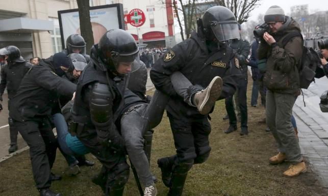 Białoruska milicja brutalnie stłumiła protest opozycji. Setki zatrzymanych w Mińsku