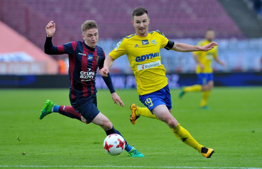 Piłkarz Pogoni Szczecin Marcin Listkowski (L) i Miroslav Bozok (P) z Arki Gdynia