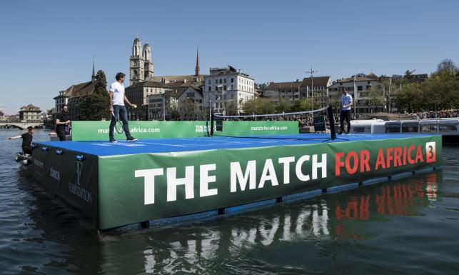 Roger Federer i Andy Murray zagrali w tenisa na... wodzie [FOTO]