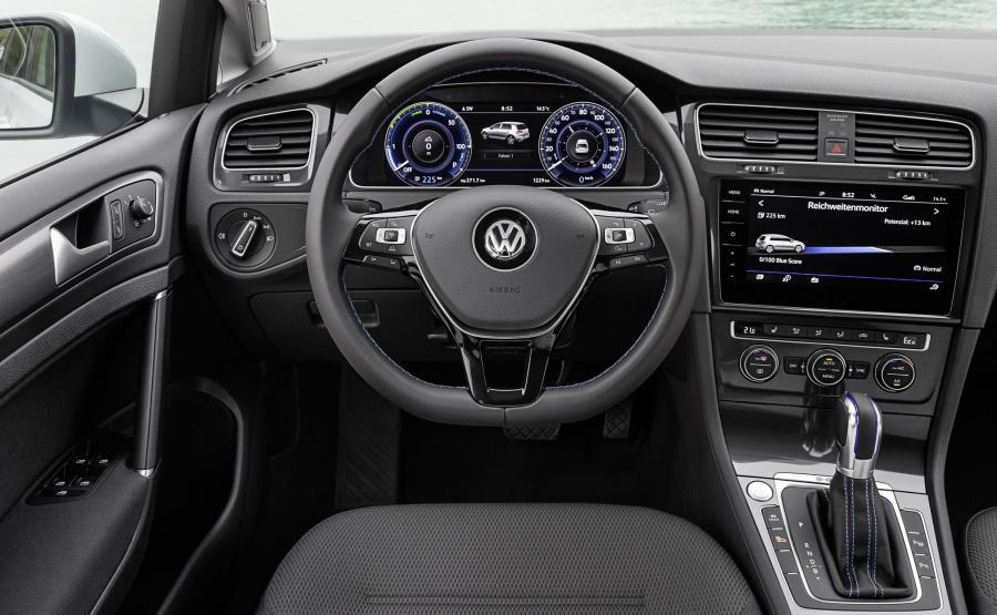W odnowionym e-Golfie VW zastosował nowe akumulatory litowo-jonowe o pojemności zwiększonej z 24,2 kWh do 35,8 kWh. Na stacji szybkiego ładowania (DC/40 kW) można ja w ciągu godziny naładować do 80 proc. pojemności. W nocy albo podczas pobytu w pracy, korzystając z tzw. Wallboxu (AC/7,2 kW) pełne naładowanie akumulatorów trwa 6 godzin