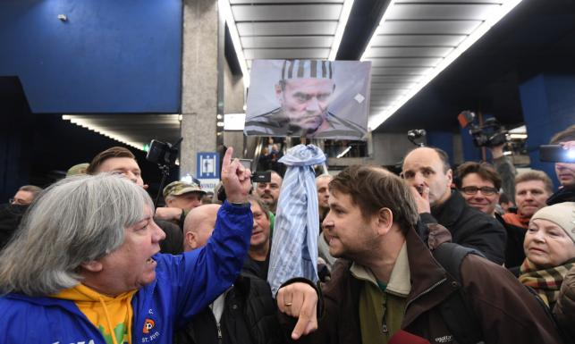Donald Tusk przyjechał do Warszawy. Na dworcu powitali go zwolennicy i przeciwnicy [ZDJĘCIA]