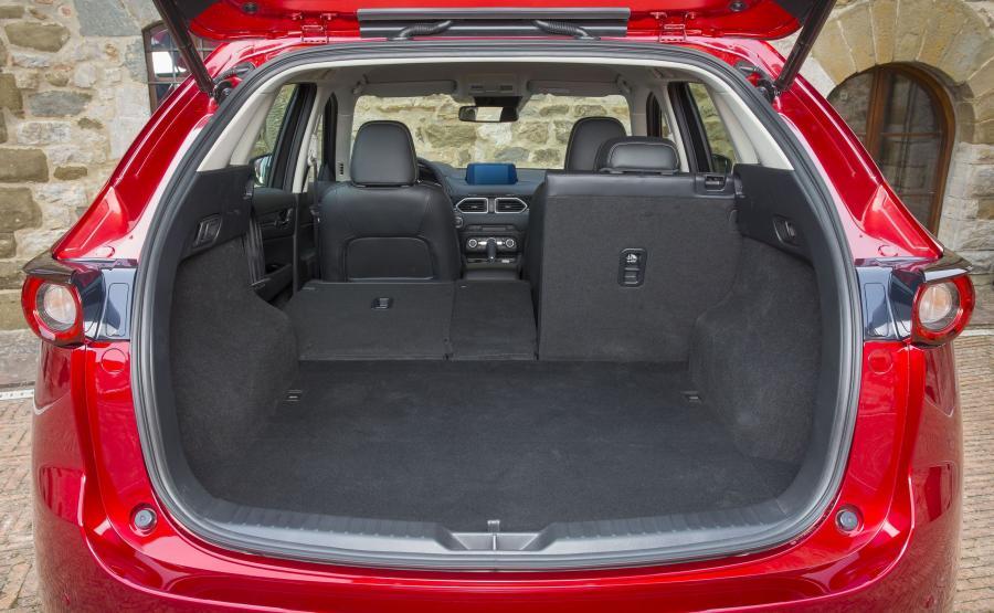 Bagażnik oferuje od 506 do 1620 litrów pojemności - to zbliżone wartości do kufra pierwszej generacji. Pod podłogą dodatkowy schowek na drobiazgi