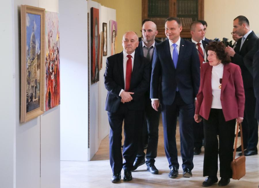Prezydent Andrzej Duda (C), Ambasador RP w Gruzji Mariusz Maszkiewicz (L) i historyk sztuki profesor Henryka Justyńska (P) podczas wizyty w Bibliotece Narodowej Parlamentu Gruzji w Tbilisi