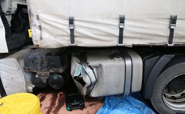 Polski kierowca w trakcie zawracania rozerwał zbiornik paliwa w swojej ciężarówce...