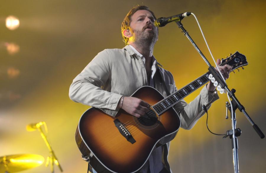 Na scenie lider amerykańskiej grupy Kings of Leon, Caleb Followill podczas koncertu w pierwszym dniu Orange Warsaw Festival 2017 w Warszawie