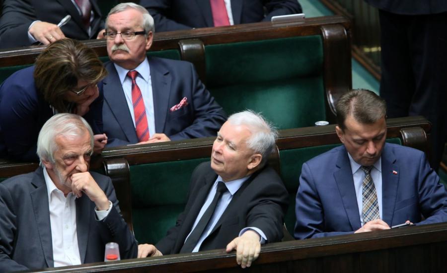 Politycy PiS, od lewej: wicemarszałek Sejmu Ryszard Terlecki, prezes PiS Jarosław Kaczyński, minister spraw wewnętrznych i administracji Mariusz Błaszczak; za nimi rzecznik PiS Beata Mazurek (L) i poseł Leonard Krasulski (2L)