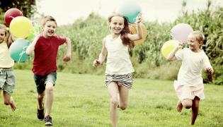 Dzieci biegną z balonami