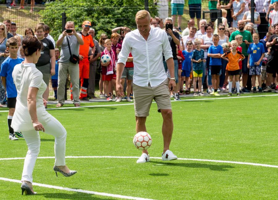 Kamil Glik piłkarz reprezentacji Polski i AS Monaco otworzył w Jastrzębiu-Zdroju boisko piłkarskie