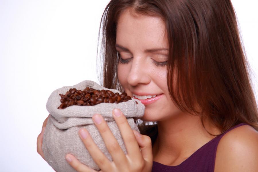Kobieta wącha kawę