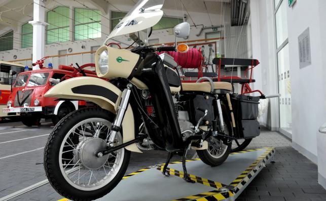 Milicyjny motocykl MZ ES 250 Trophy z 1971 roku. Wszystkie stelaże pojazdu są oryginalne, podobnie jak radiostacja, manipulator, sakwa i mikrofono-głośnik