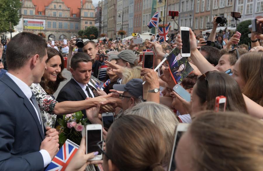 Kate pozdrawia tłum