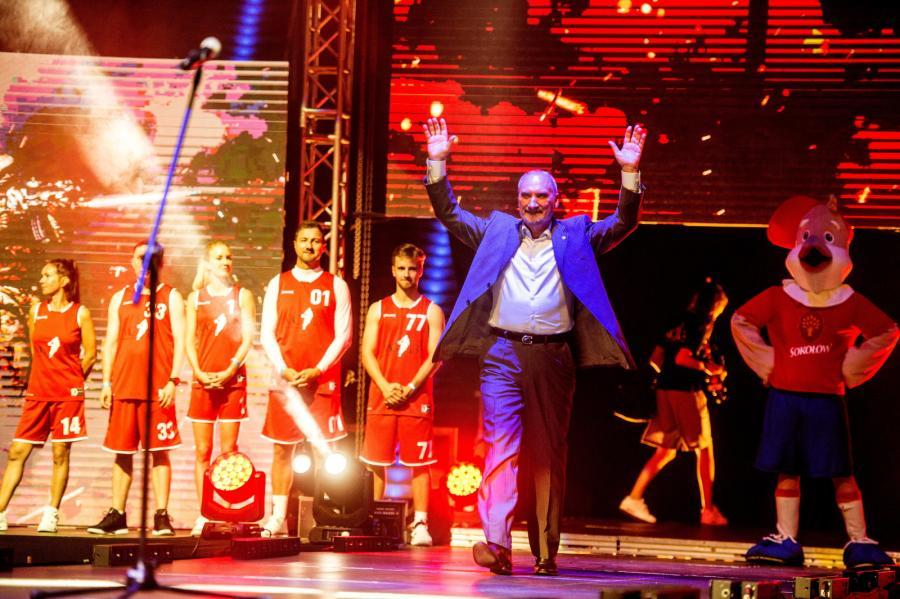 Minister obrony narodowej Antoni Macierewicz podczas meczu koszykówki: Gortat Team - Wojsko Polskie