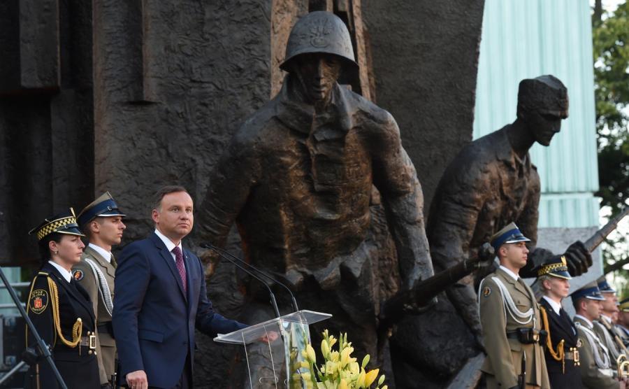 Prezydent Andrzej Duda podczas Apelu Pamięci przed pomnikiem Powstania Warszawskiego