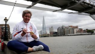 Anita Włodarczyk pozuje do zdjęcia ze złotym medalem w Londynie