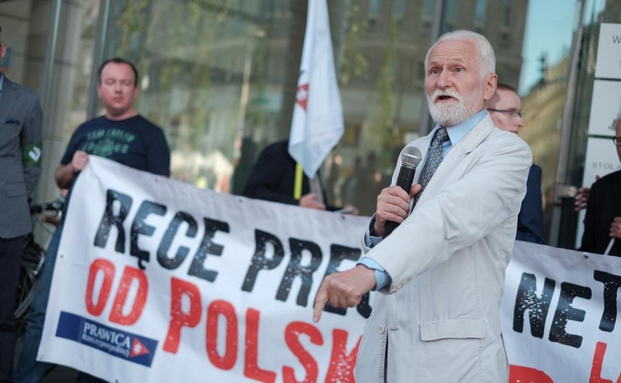 Gabriel Janowski przemawia podczas manifestacji w Warszawie
