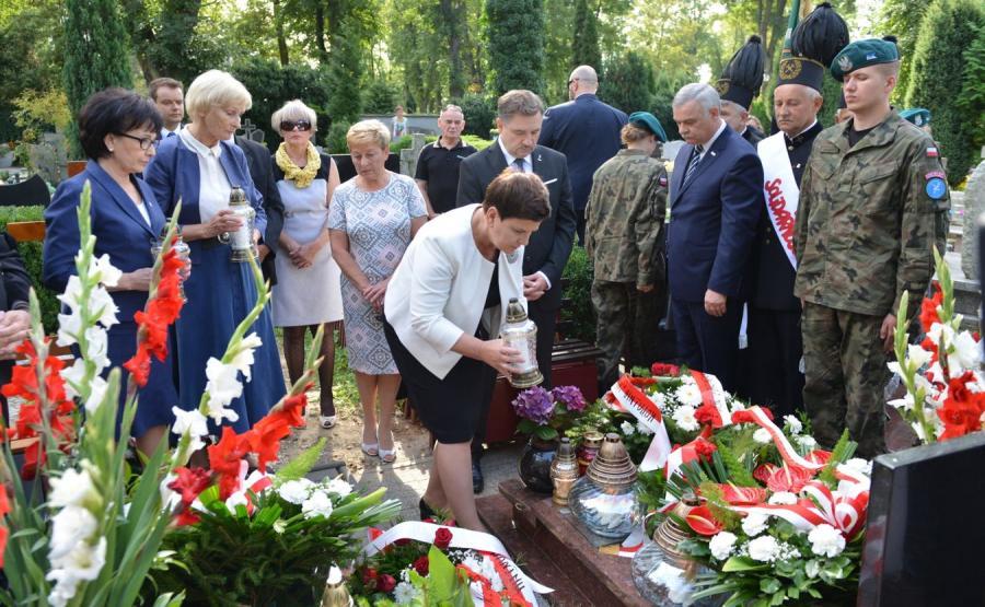 Premier Beata Szydło złożyła kwiaty oraz zapaliła znicze na grobach ofiar Lubina\'82