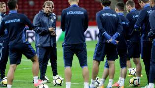 Selekcjoner piłkarskiej reprezentacji Kazachstanu Aleksandr Borodiuk (2L) podczas treningu w Warszawie
