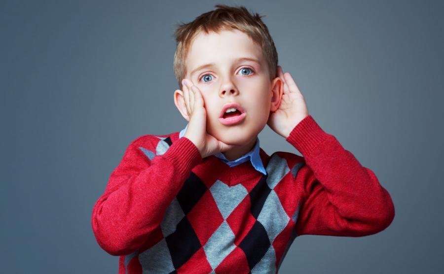 Dziecko słucha, zasłania ucho