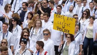 Manifestacja Porozumienia Rezydentów OZZL na warszawskich ulicach w sierpniu 2016