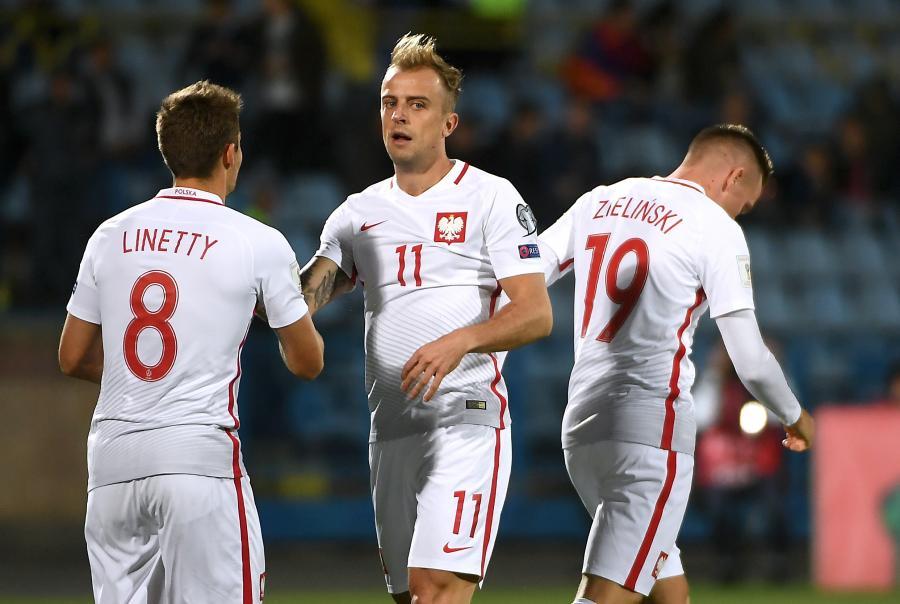 Piłkarz reprezentacji Polski Kamil Grosicki (C) po zdobyciu gola