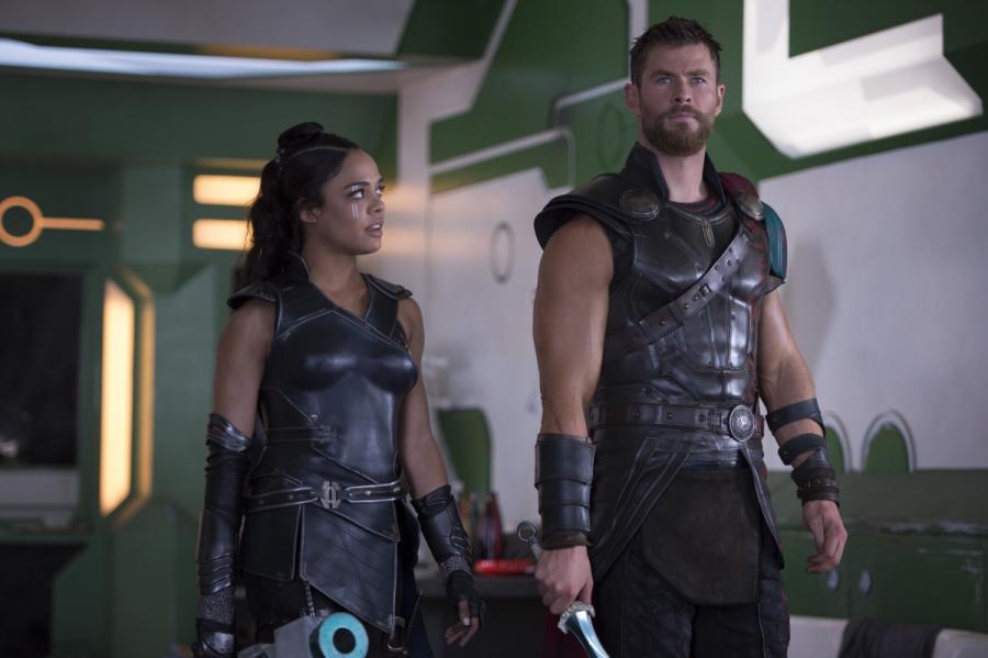 """Tessa Thompson oraz Chris Hemsworth w filmie """"Thor: Ragnarok"""". Polska premiera 25 października 2017 roku"""
