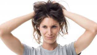 Kobieta dotyka włosów