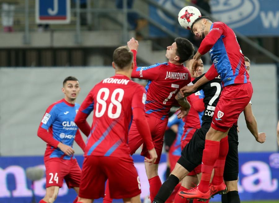 Zawodnik Piasta Gliwice Hebert Silva Santos (C) podczas meczu o mistrzostwo piłkarskiej Ekstraklasy z Cracovią