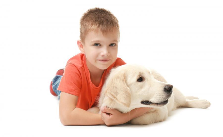 Chłopiec przytula się do psa