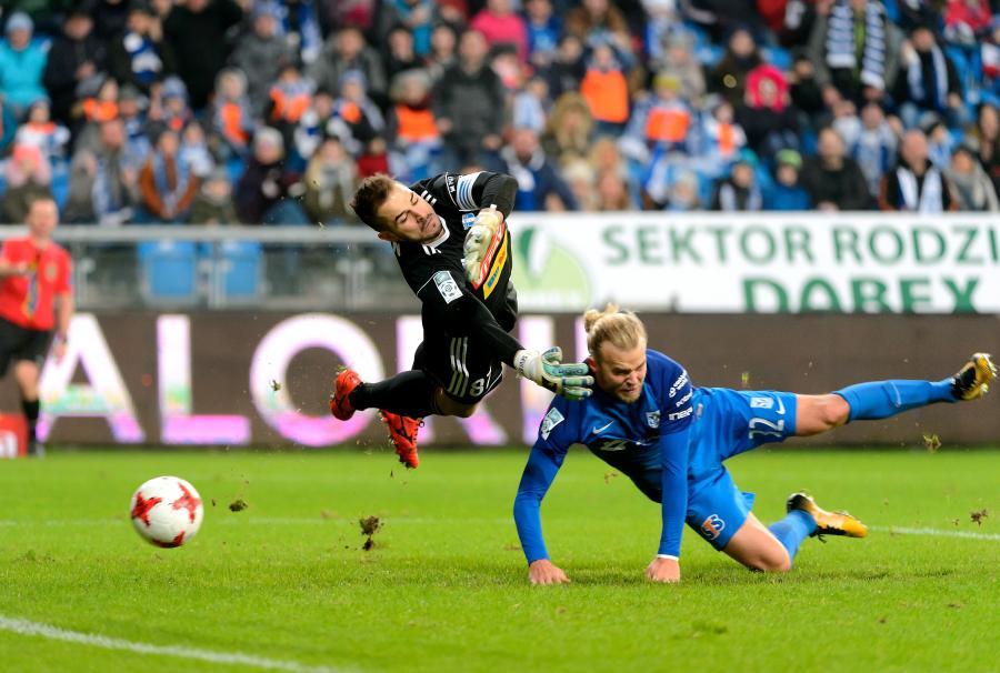 Piłkarz Lecha Poznań Christian Gytkjaer (P) i bramkarz Seweryn Kiełpin (L) z Wisły Płock