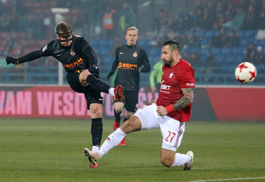 Piłkarz Wisły Kraków Marcin Wasilewski (P) i Jakub Świerczok (L) z Zagłębia Lubin