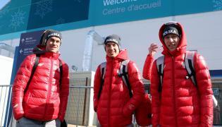 Kamil Stoch (C), Piotr Żyła (L) i Stefan Hula (P) po przyjeździe do wioski olimpijskiej w Pjongczangu