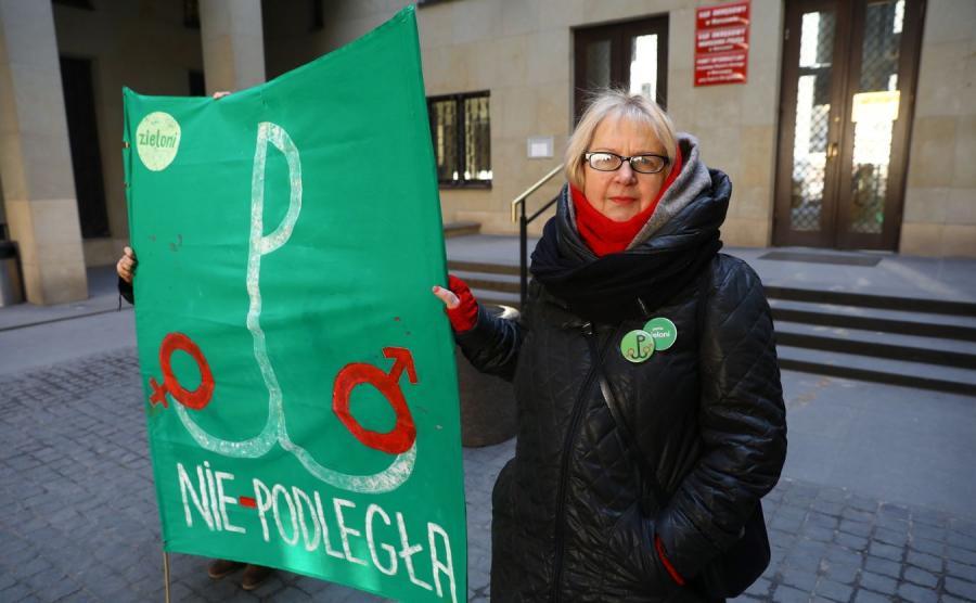 Elżbieta Hołoweńko podczas konferencji prasowej przed rozprawą w Sądzie Okręgowym w Warszawie
