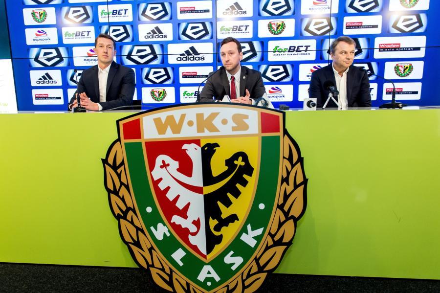 Prezes Zarządu WKS Śląsk Wrocław S.A. Marcin Przychodny (C) oraz nowy dyrektor sportowy Dariusz Sztylka (L) i nowy trener piłkarskiej drużyny Śląsk Wrocław Tadeusz Pawłowski (P)