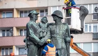 Rozbiórka pomnika w Legnicy