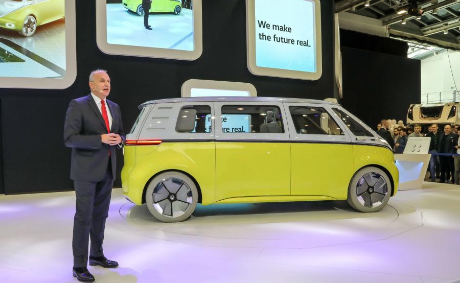 """Jürgen Stackmann, wiceprezes marki Volkswagen zaprezentował I.D. BUZZ, czyli elektrycznego """"ogórka"""" nowej ery"""