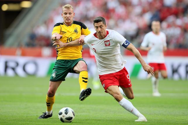 Robert Lewandowski (P) i Modestas Vorobjovas (L) z Litwy podczas towarzyskiego meczu piłkarskiego w Warszawie