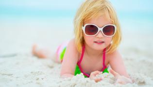 Dziewczynka w okularach przeciwsłonecznych