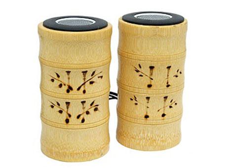 Bambusowe, ręcznie rzeźbione głośniki do komputera są tak kiczowate, że po prostu musieliśmy je tutaj pokazać