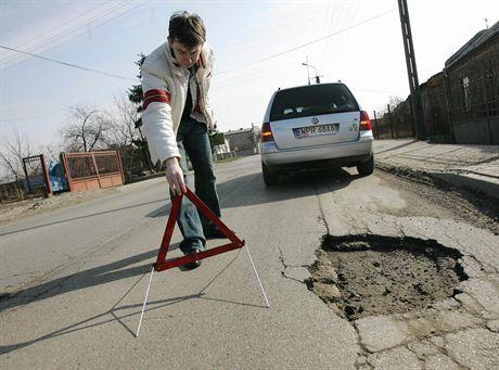 Oto kto zarabia w Polsce na dziurach w drodze