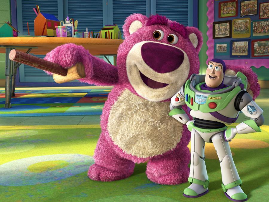Buzz szybko wpada w łapki różowego misia okrutnika (mówiącego głosem Andrzeja Grabowskiego)