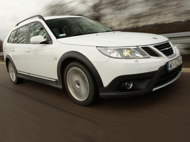 Saab 9-3X - szwedzka stal gotowa do przygody. Dzielnie zwalczy dziki teren, choć woli asfaltowe bulwary. Mogą być dziurawe jak sito - czyli idealnie sprawdza się na polskich drogach...