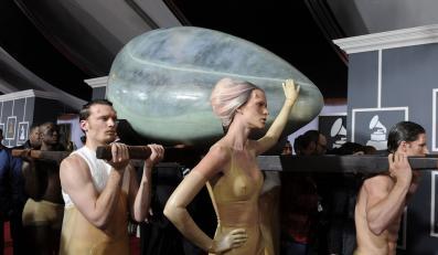 Lady Gaga wykluła się z wielkiego jaja na na gali Grammy