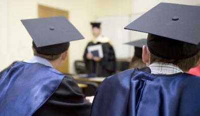 Studenci ubrani w togi