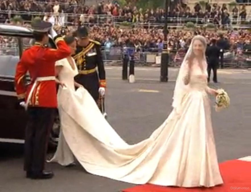 Kate Middleton w sukni ślubnej projektu Sarah Burton.