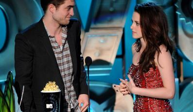 Kristen Stewart i Robert Pattinson odbieają statuetkę MTV Movie Awards