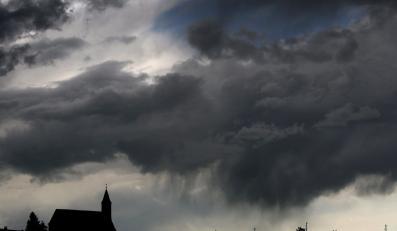 Burzowe chmury nad kościołem w Goerwangs w Niemczech. Alpejskie stoki zostały nie tylko zalane przez gwałtowny deszcz - spadł także grad