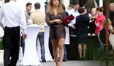 Aktorka pokazuje nogi. Czy o czymś nie zapomniała?