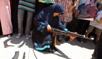 Francuzi dozbrajają rebeliantów, a Muammar Kadafi - kobiety-ochotniczki