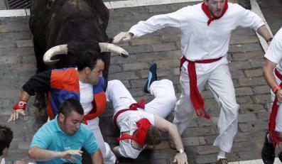 Siedmiu rannych w przedostatniej gonitwie z bykami